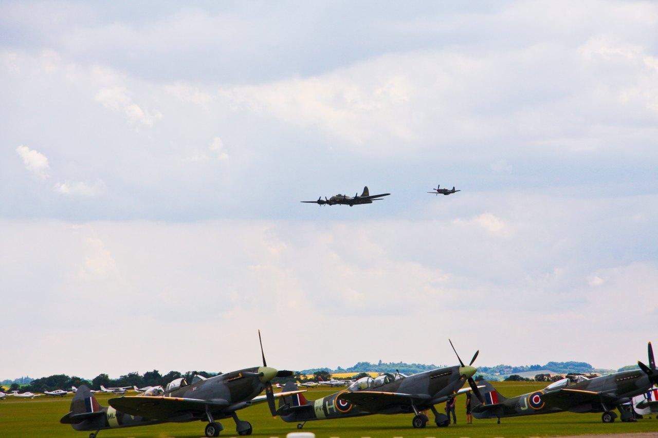 B17 Flying Forteress, begleitet von einer P51 Mustang, im Vordergrund Spitfire Variationen