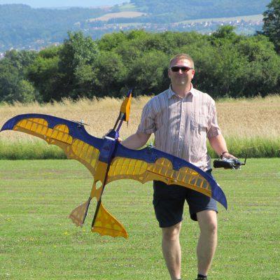 Zufrieden trage ich den Pterodactylus nach seinem Jungfernflug zurück