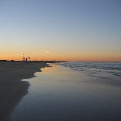Ein Blick vom Strand auf den Hafen