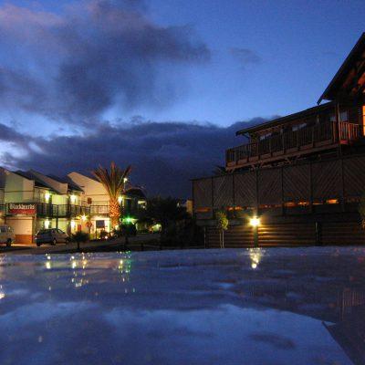 Das Hotel (rechts) im Sonnenuntergang