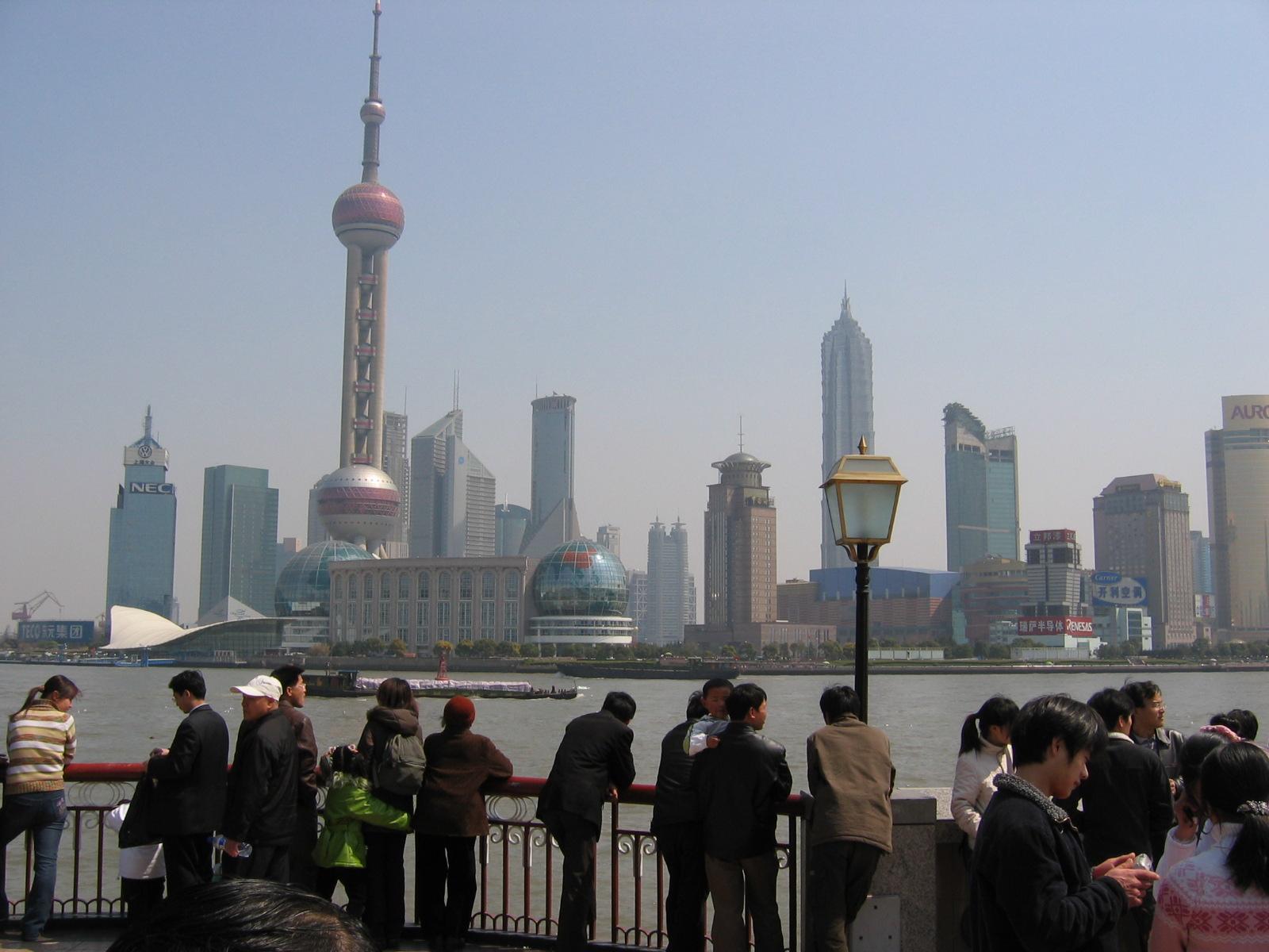 Pudong mit dem Oriental Pearl Tower, vom Bund aus gesehen
