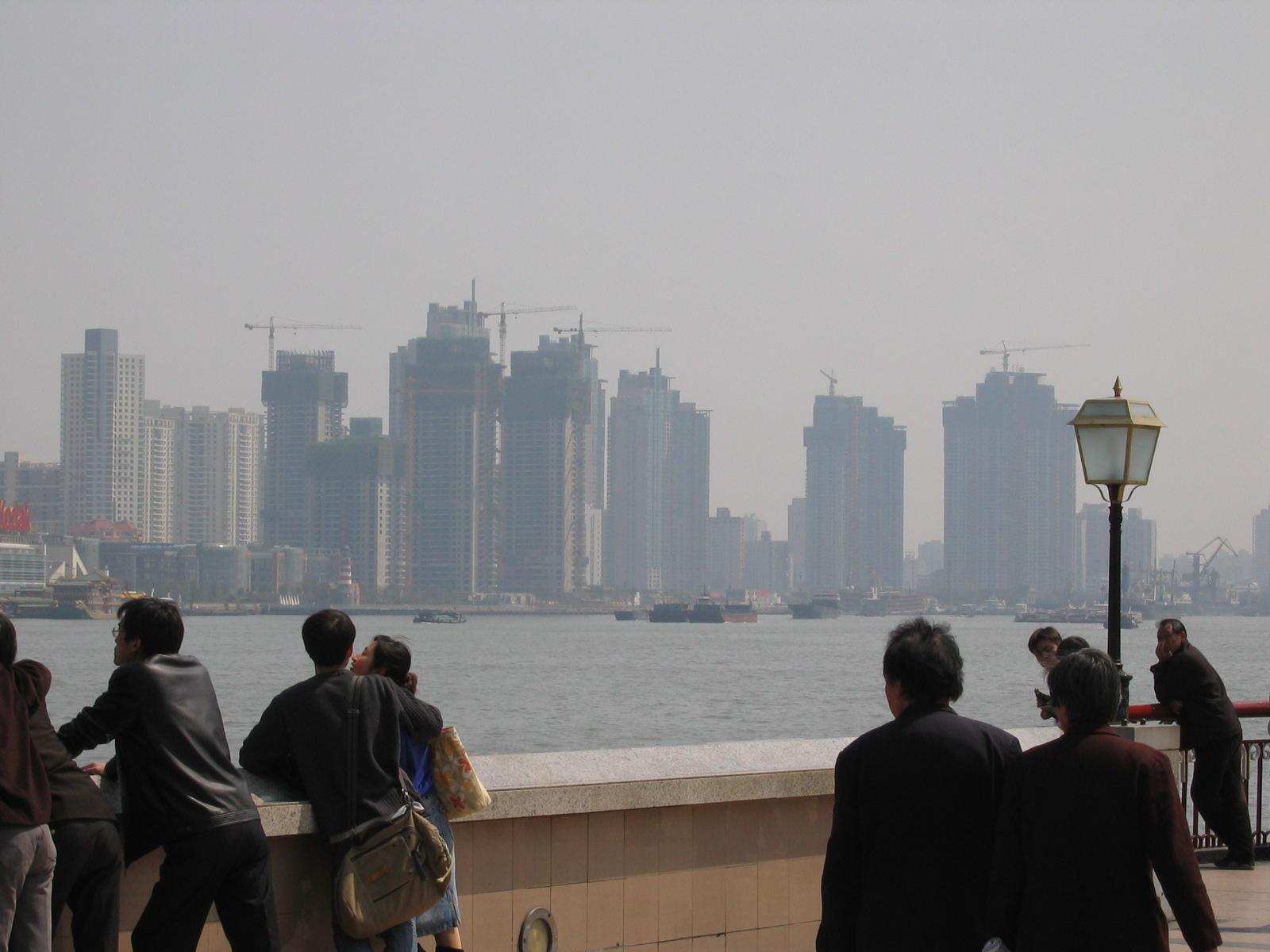 Blick vom berühmten Bund rüber nach Pudong, überall Baukräne