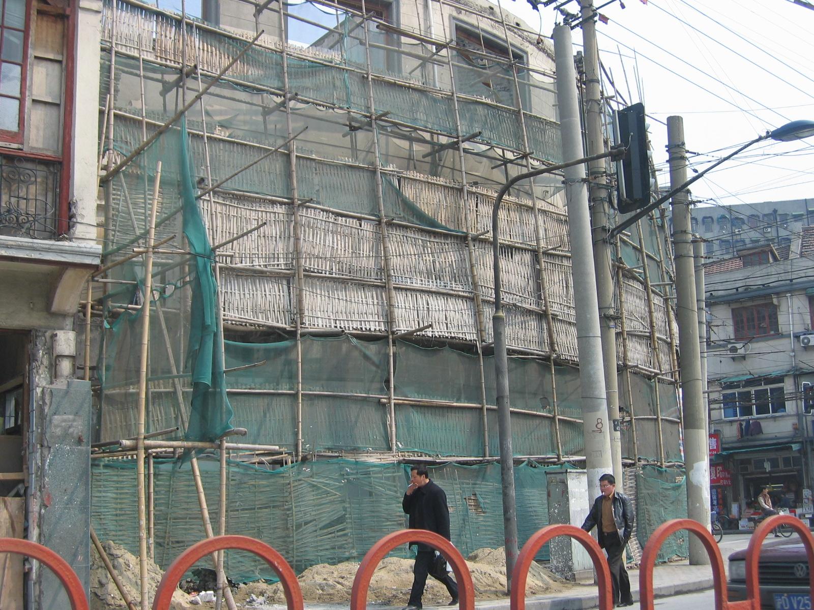 Baugerüste sind hier aus Bambus, das sieht erstmal kurios aus, ist aber sicher