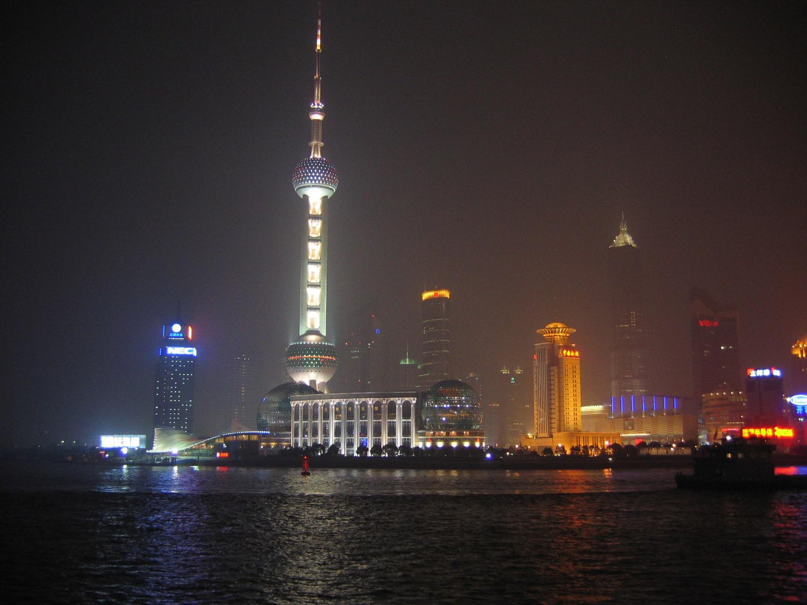 Blick vom Bund bei Nacht, der OPT leuchtet wie eine Mondrakete