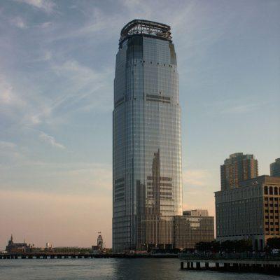 Goldman Sachs im Vordergrung, ganz Klein daneben die Colgate Uhr