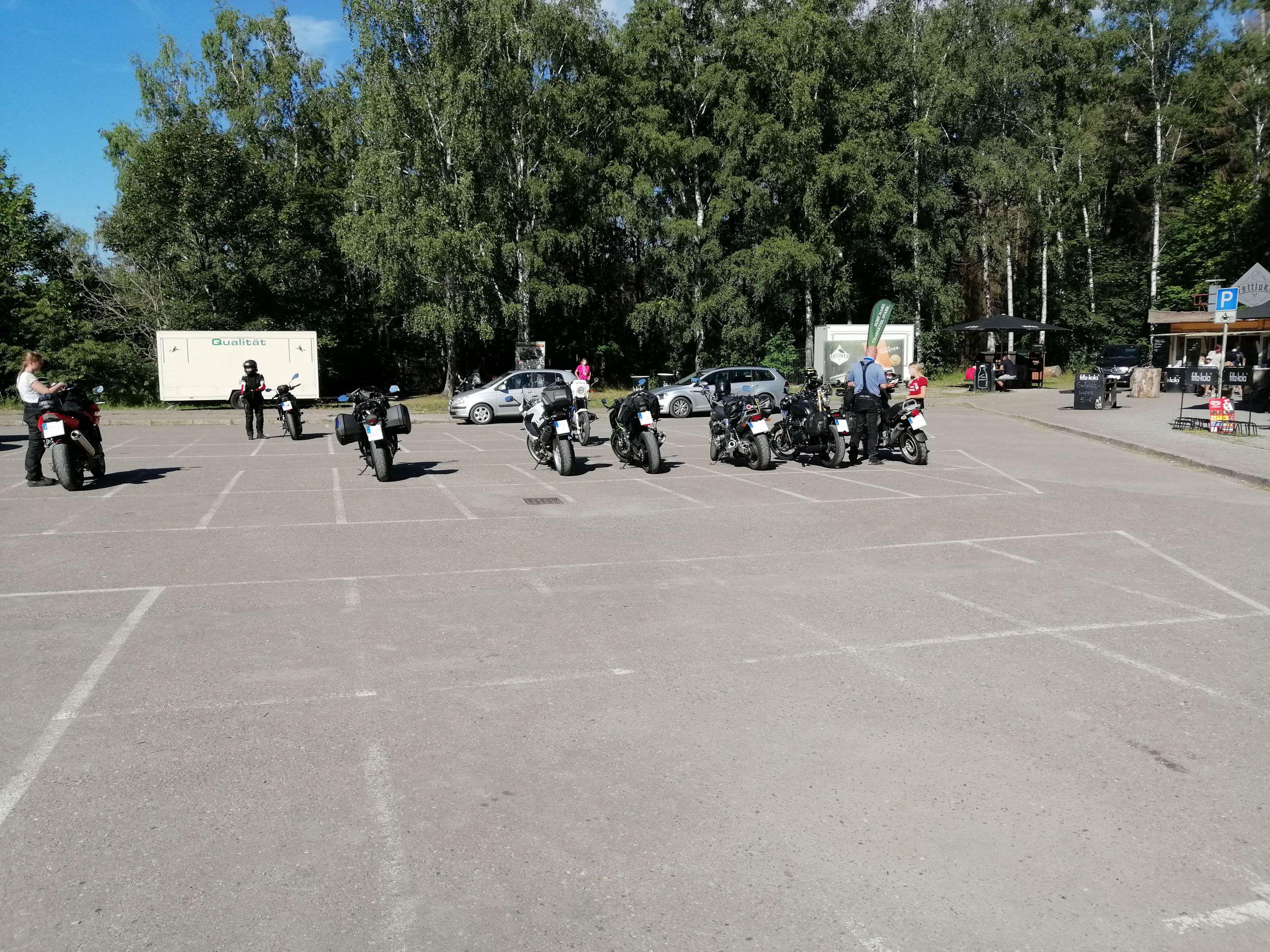 Der Motorrad-Parkplatz vor Harzdrenalin