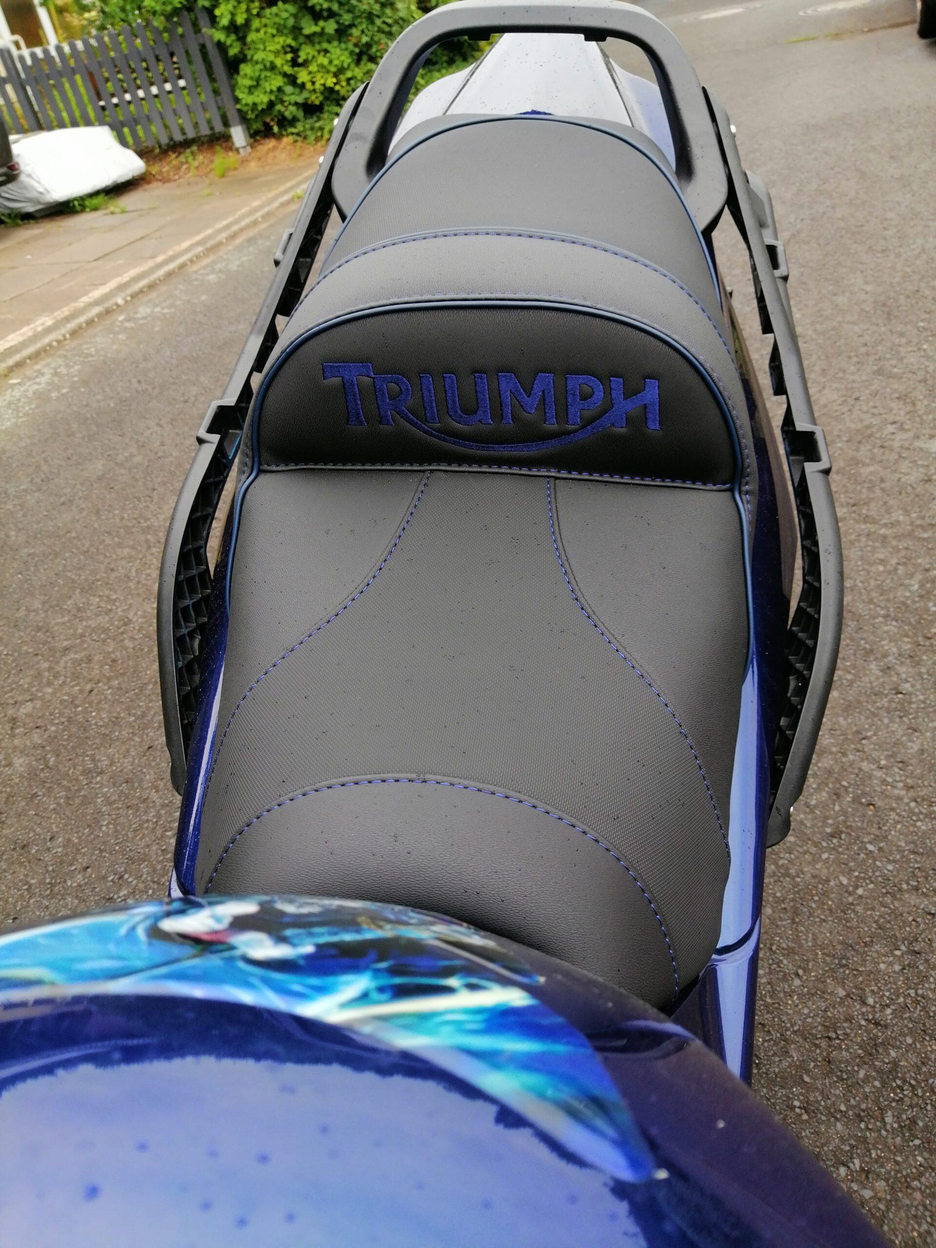 Gel-Sitzbank mit Triumph-Schriftzug