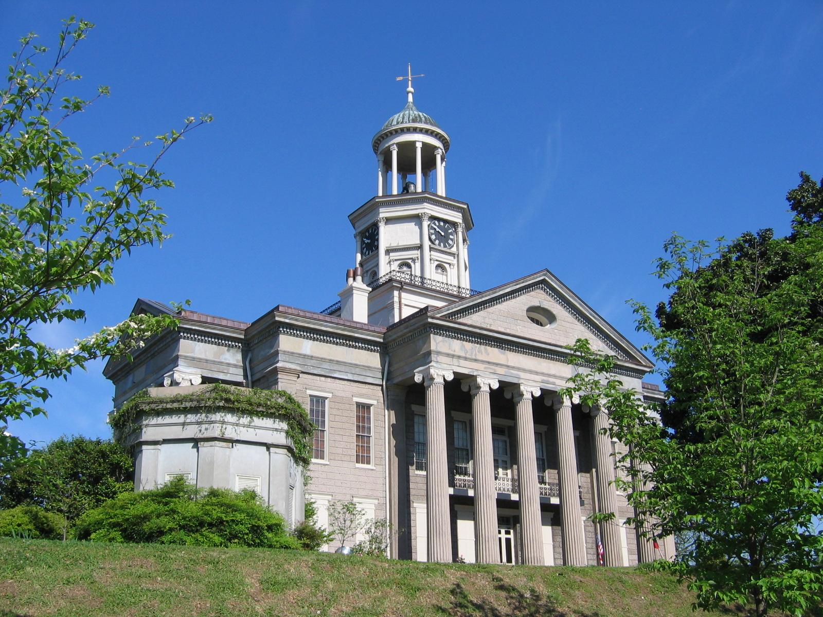 Eine Stadt mit vielen historischen Gebäuden, hier das Country Court House