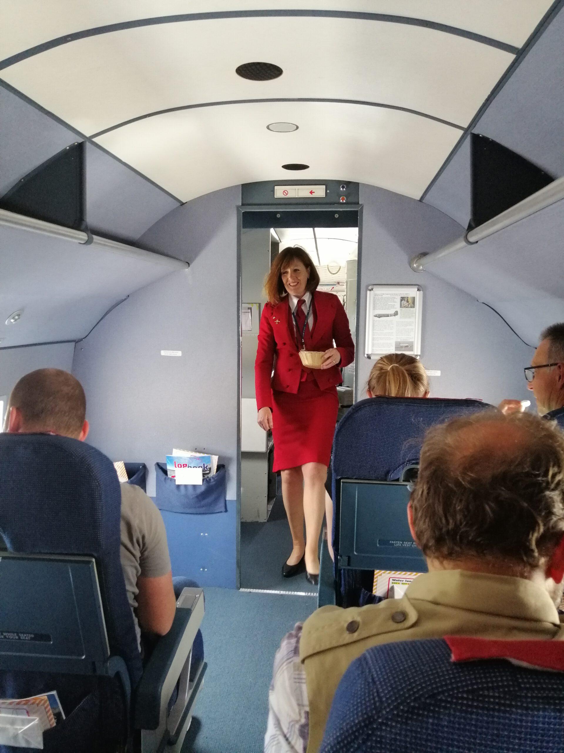 Die Flugbegleiterin machte eine professionelle Unterweisung für die Fluggäste
