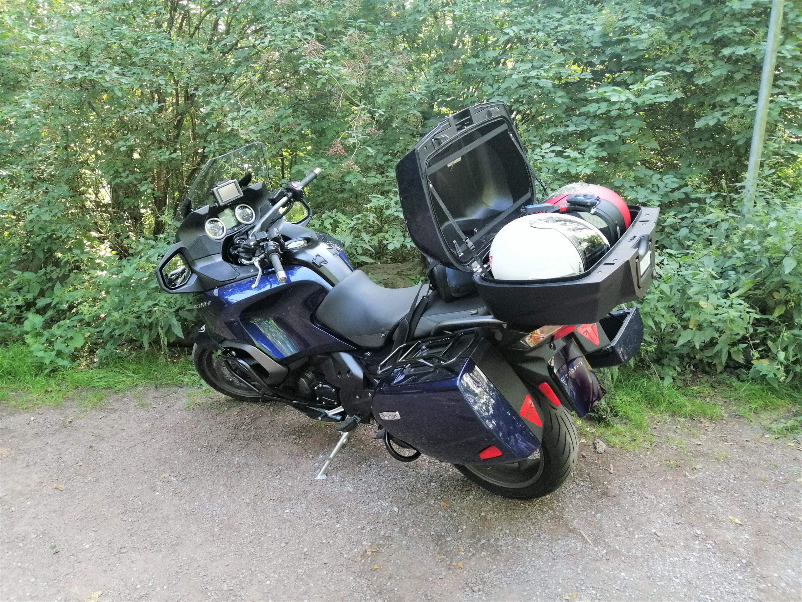 Ein Riesenvorteil: Auf Tour kann man Helme , Handschuhe, Jacken etc. einfach im Motorrad einschließen. Speziell bei hohen Temperaturen ein echtes Plus!